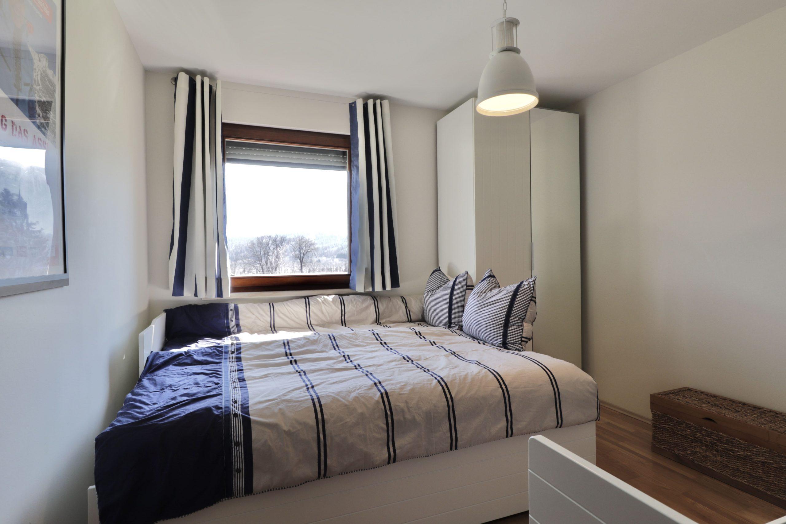 Blauwe slaapkamer bergzicht appartement Tom's Hütte