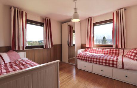 Rode slaapkamer bergzicht appartement Tom's Hütte
